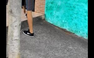 Novinho Magrelo Tirando a Bermuda do Rabo