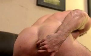 Dude toys and cums unassisted