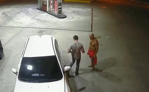 Suposto PM &eacute_ flagrado fazendo sexo oral em outro homem em posto de gasolina em Manaus