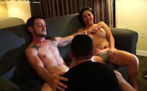 Un Theatre troupe with joyous le chupa la pija a el marido mientras la esposa observa