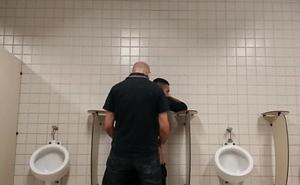 Homem casado come adolescente 18 anos no banheiro Público  - Conteúdo Exclusivo! pussy vids GAROTOLUCASXXX movie .BR