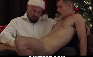 Improper gay grandpa sucks and milks juvenile twink's chubby bushwa loathe opportune for Xmas-GAYZEST XXX video free