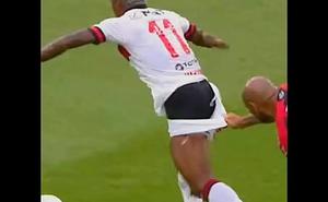 Vitinho do Flamengo fica de sunga durante partida